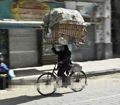 自行车上暴强的老太